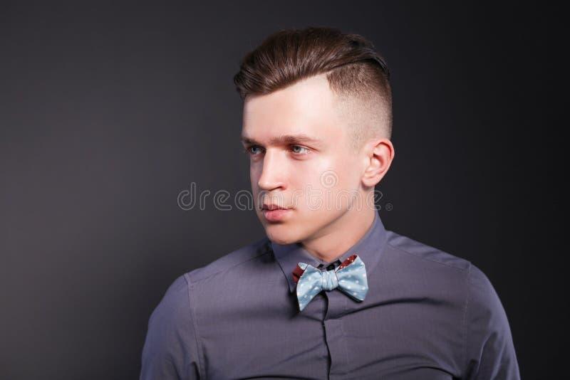 Hombre joven del retrato de la moda del estudio, aislado en fondo negro foto de archivo libre de regalías