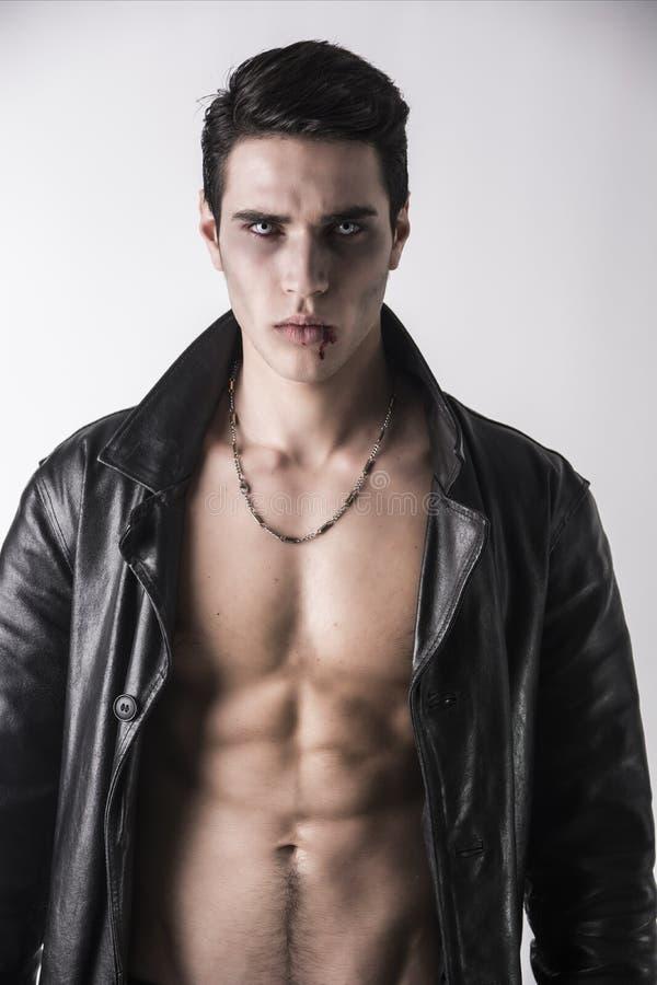 Hombre joven del vampiro en una chaqueta de cuero negra abierta fotografía de archivo
