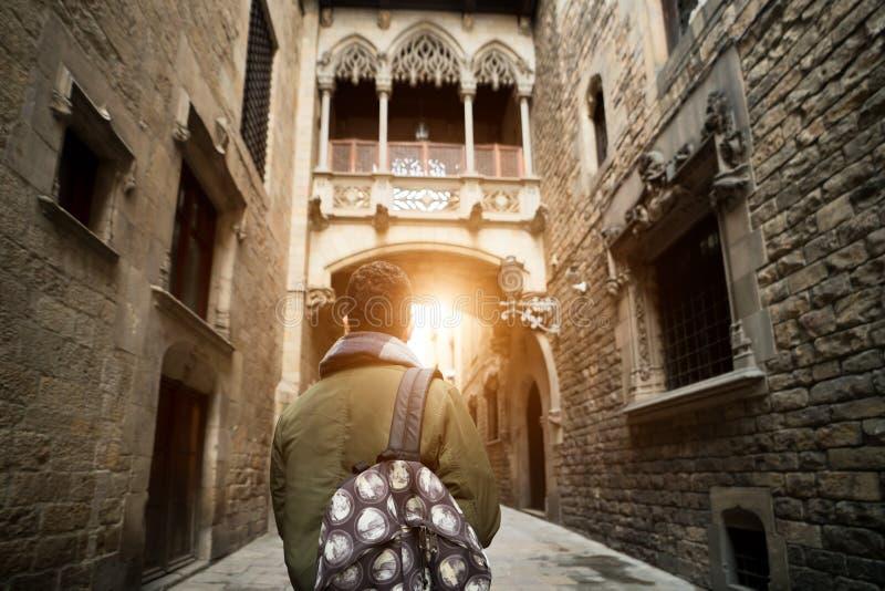 Hombre joven del viajero con la mochila que hace turismo en Barcelona Barri fotos de archivo libres de regalías