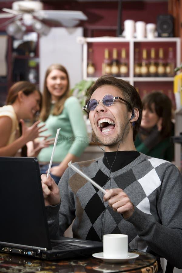 Hombre joven desagradable que canta en alta voz fotografía de archivo
