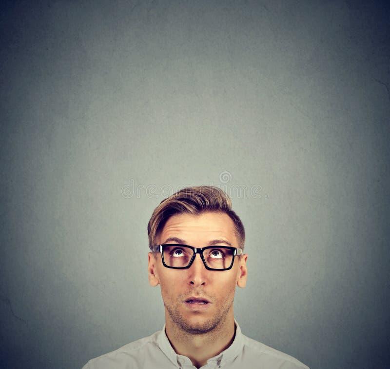 Hombre joven dudoso que parece perplejo fotos de archivo libres de regalías