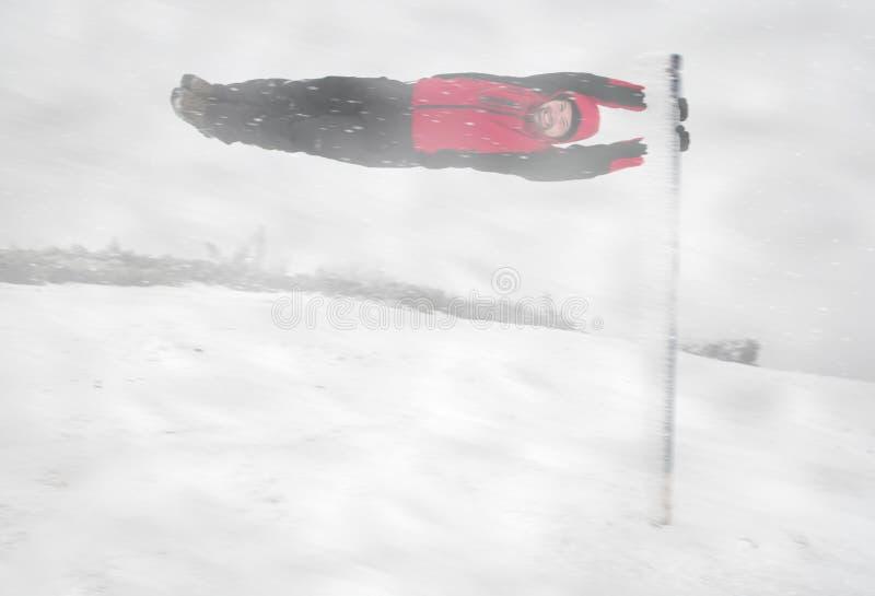 Hombre joven durante tormenta de la nieve foto de archivo