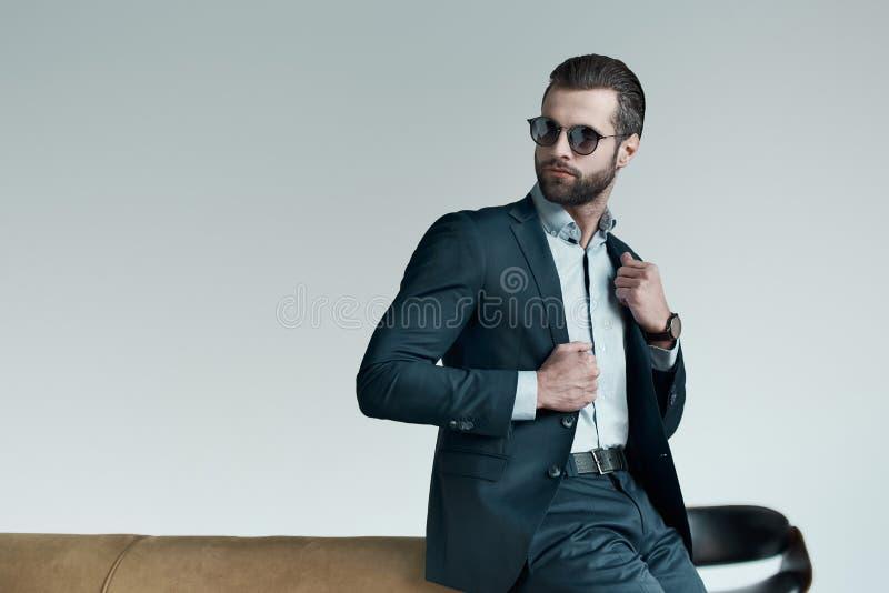 Hombre joven elegante en un traje y una corbata de lazo Estilo del asunto Imagen de moda Vestido de noche Situación y mirada del  imagen de archivo libre de regalías