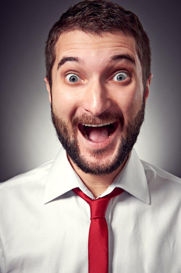 Hombre joven emocionado con la barba imagen de archivo libre de regalías