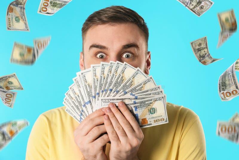 Hombre joven emocional con el dinero fotos de archivo