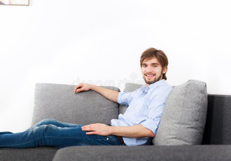 Hombre joven en casa imagen de archivo libre de regalías