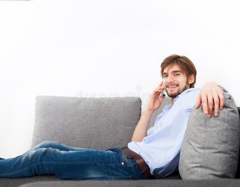 Hombre joven en casa foto de archivo