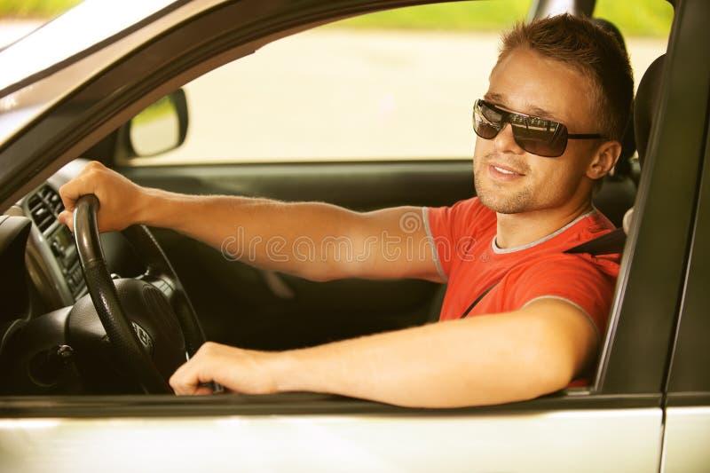 Hombre joven en coche imagenes de archivo