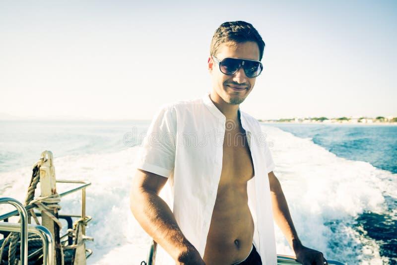 Hombre joven en el barco foto de archivo