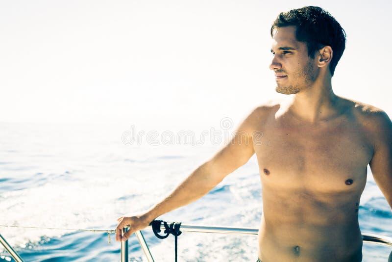 Hombre joven en el barco fotografía de archivo