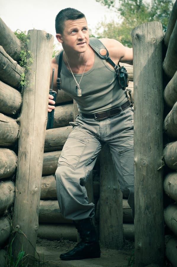 Hombre joven en el campo de batalla fotografía de archivo