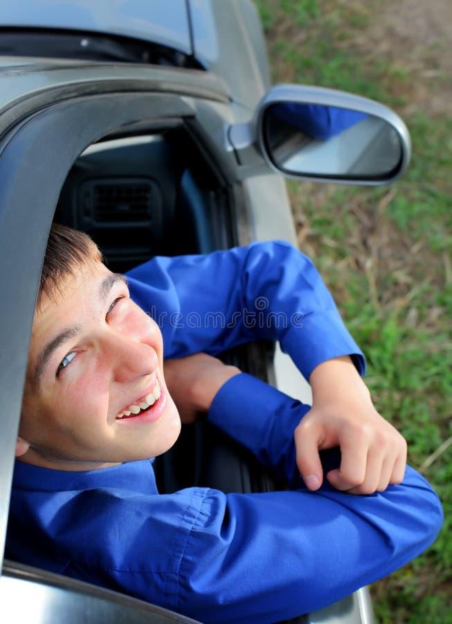 Hombre joven en el coche fotos de archivo