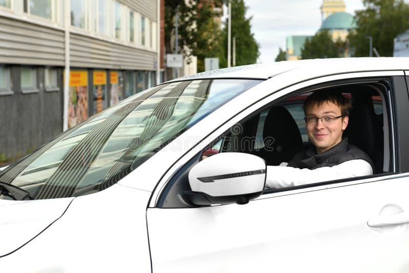 Hombre joven en el coche blanco en Oulu, Suomi Retrato imagen de archivo libre de regalías