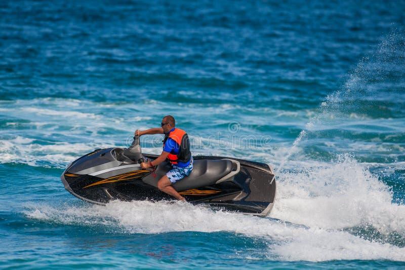 Hombre joven en el esquí del jet foto de archivo libre de regalías