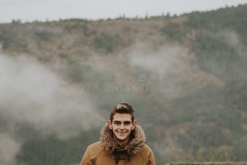 Hombre joven en el paisaje imagenes de archivo
