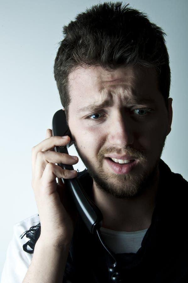 Hombre joven en el teléfono imagen de archivo