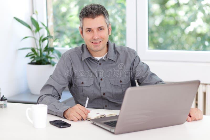Hombre joven en el trabajo fotos de archivo libres de regalías