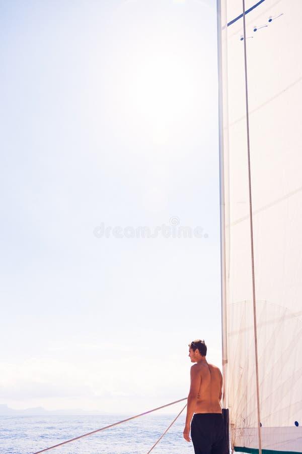 Hombre joven en el velero fotos de archivo