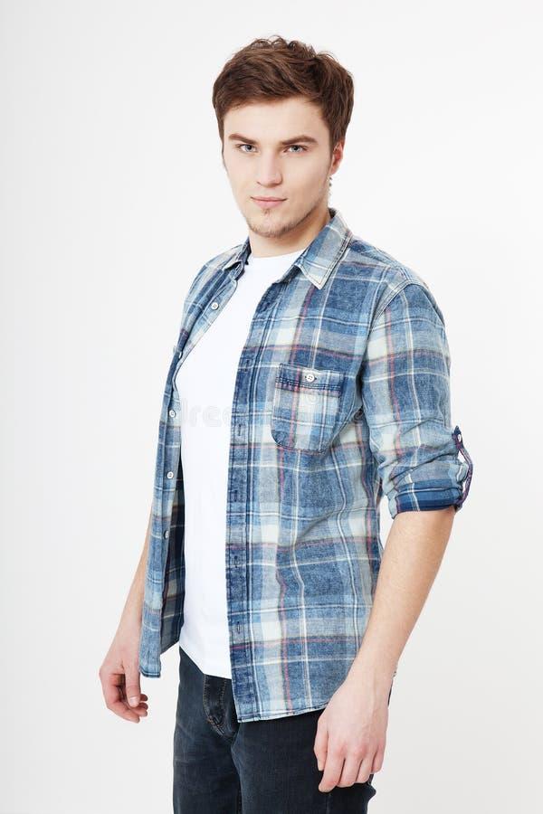 Hombre joven en la camiseta en blanco del espacio en blanco del verano aislada en el fondo blanco Enterpreneur masculino serio co fotos de archivo