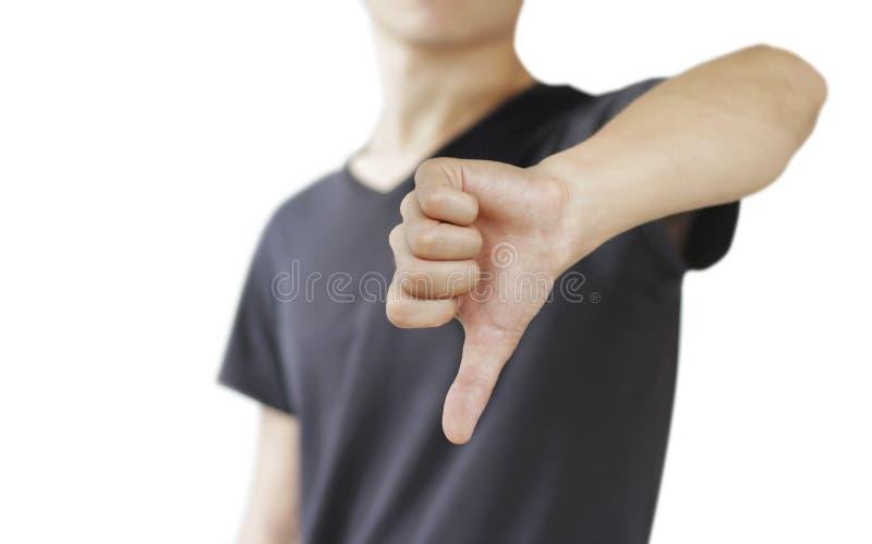 Hombre joven en la camiseta negra que muestra una muestra de la aversión, o foto de archivo