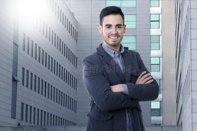 Hombre joven en la ciudad fotografía de archivo