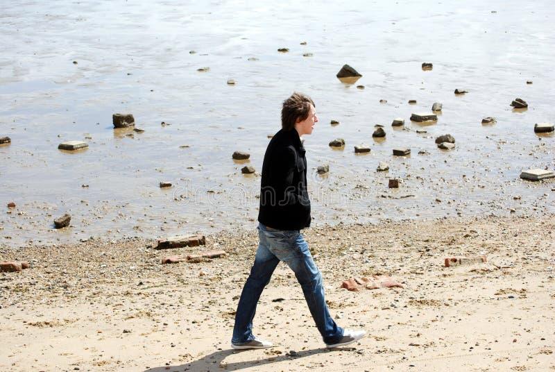 Hombre joven en la playa imagen de archivo libre de regalías