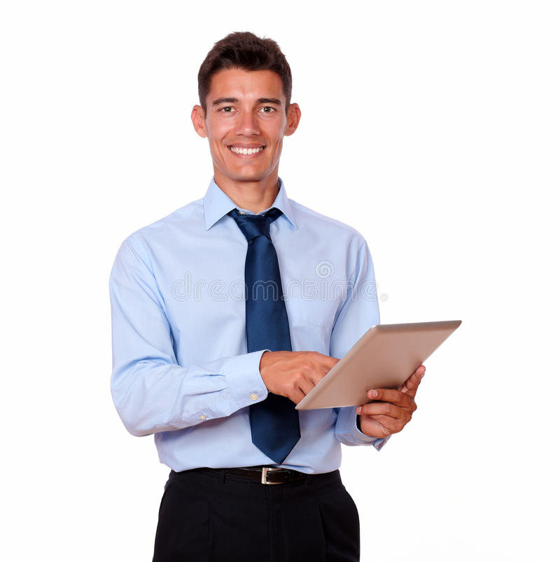 Hombre joven en lazo usando su PC de la tableta fotografía de archivo libre de regalías