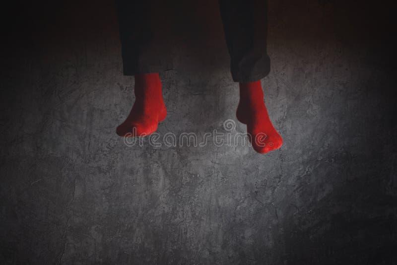 Hombre joven en los calcetines rojos que saltan arriba en el aire imagen de archivo