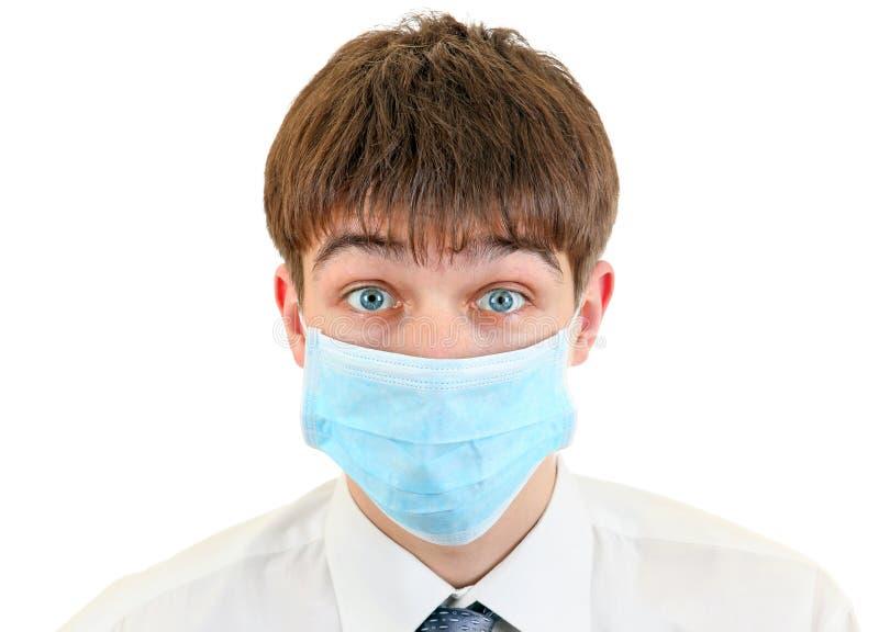 Hombre joven en máscara de la gripe fotografía de archivo