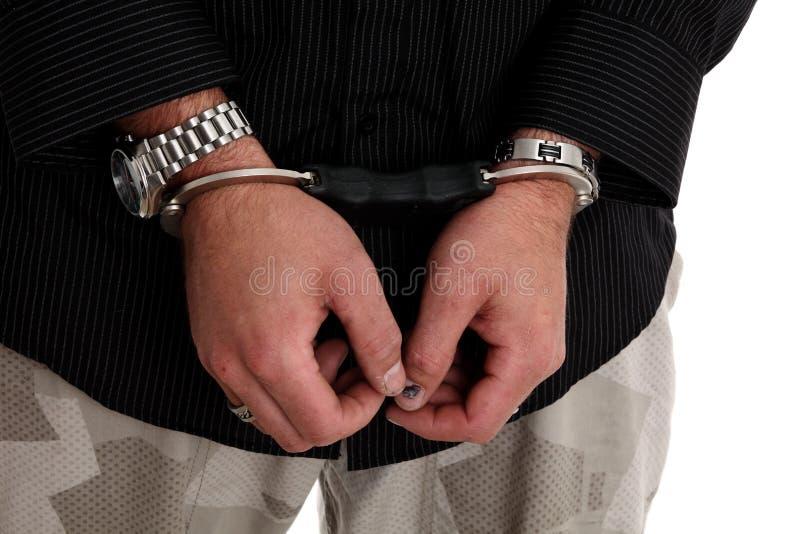 Hombre joven en manillas de la policía imagenes de archivo