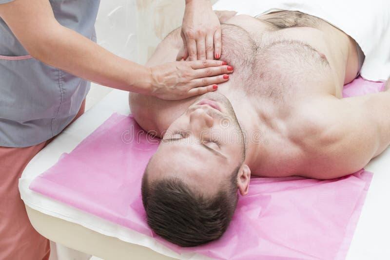 Hombre joven en masaje de los tratamientos de la salud fotografía de archivo libre de regalías