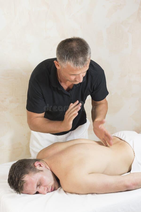 Hombre joven en masaje de los tratamientos de la salud imágenes de archivo libres de regalías