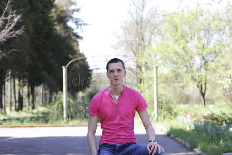 Hombre joven en naturaleza imagenes de archivo