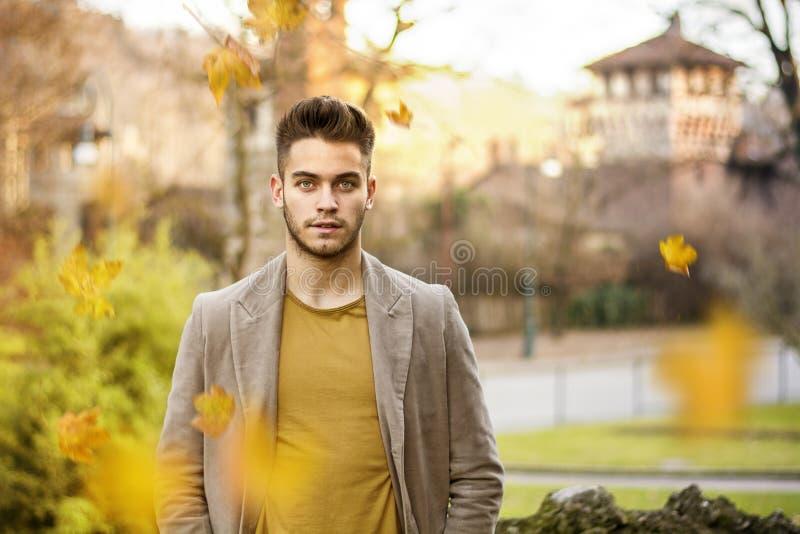 Hombre joven en parque del otoño fotografía de archivo