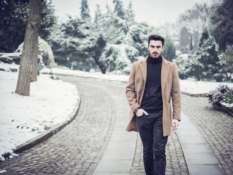 Hombre joven en parque nevoso de la ciudad foto de archivo libre de regalías