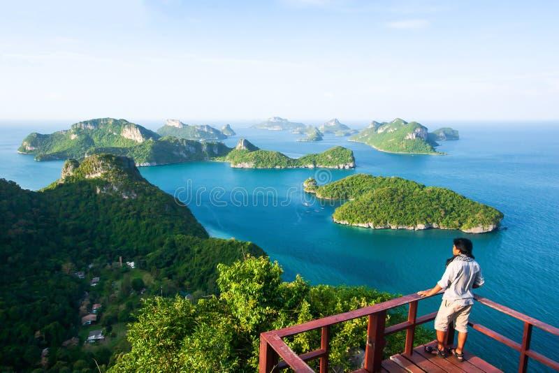 Hombre joven en punto de vista en la cima de Koh Wua Ta Lap mientras que disfruta de paisaje del mar azul con las porciones de is fotos de archivo