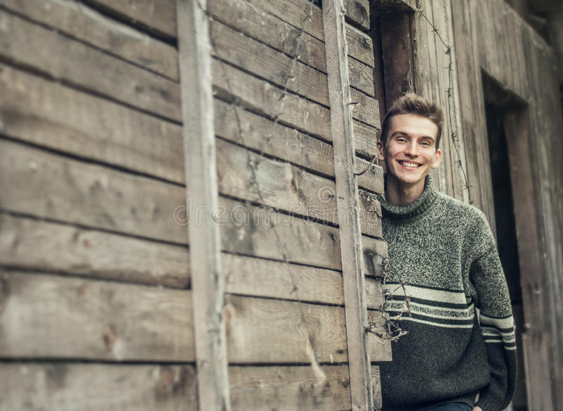 Hombre joven en retrato al aire libre del pueblo imágenes de archivo libres de regalías