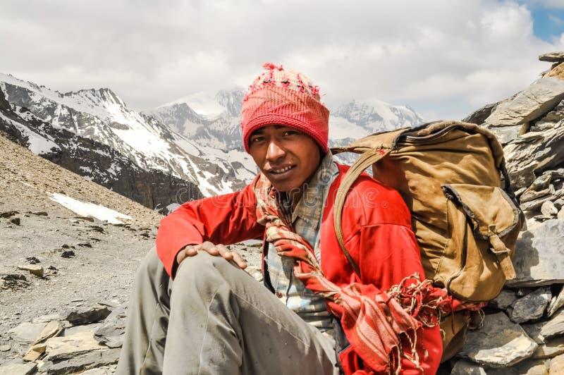Hombre joven en rojo en Nepal imagen de archivo