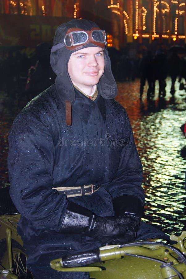 Hombre joven en ropa militar del vintage en la Plaza Roja en Moscú fotos de archivo
