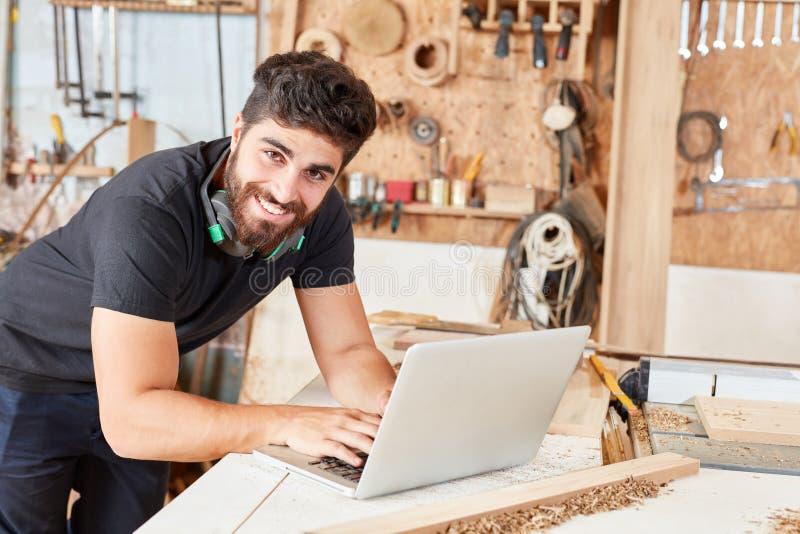 Hombre joven en servicio de atención al cliente en línea foto de archivo
