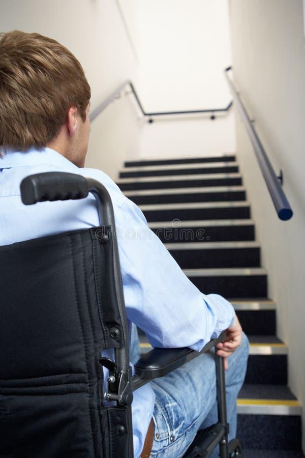 Hombre joven en sillón de ruedas foto de archivo libre de regalías