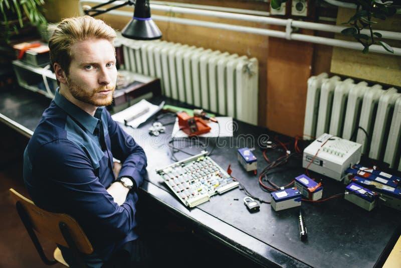 Hombre joven en taller de la electrónica imágenes de archivo libres de regalías