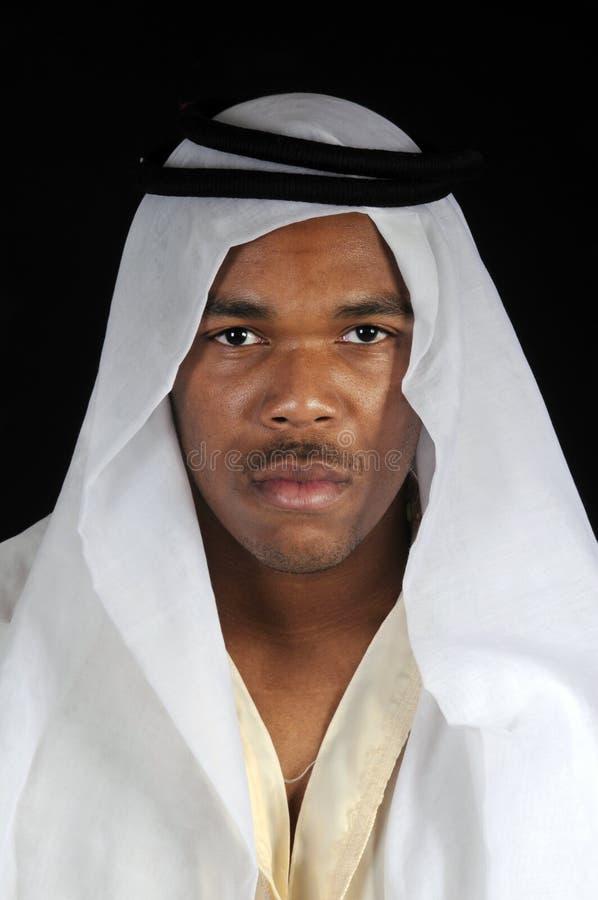 Hombre joven en tocado árabe imagenes de archivo