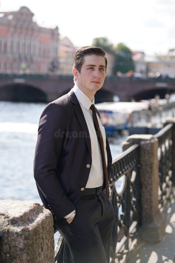 Hombre joven en traje de negocios negro, la camisa blanca y el lazo fotos de archivo libres de regalías