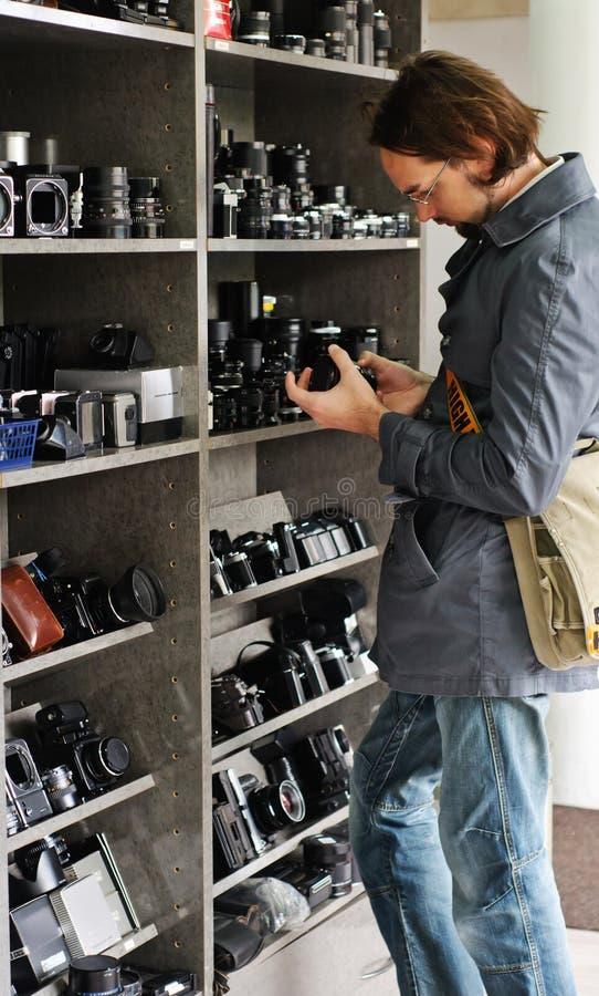 Hombre joven en un departamento de las cámaras imágenes de archivo libres de regalías