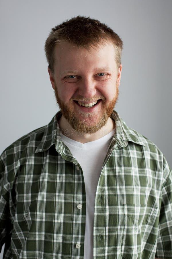 Hombre joven en una camisa de tela escocesa imágenes de archivo libres de regalías