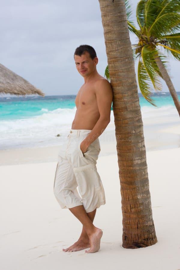 Hombre joven en una playa tropical fotos de archivo libres de regalías