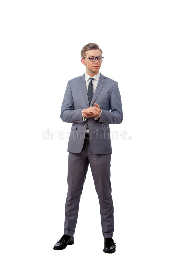Hombre joven en vidrios que llevan de un traje de negocios foto de archivo libre de regalías