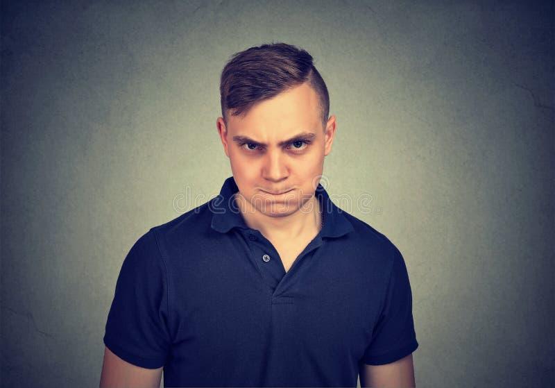 Hombre joven enojado que mira la cámara fotografía de archivo libre de regalías