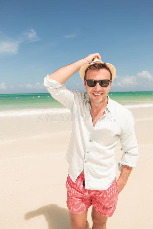 Hombre joven feliz que camina en la playa imagen de archivo libre de regalías